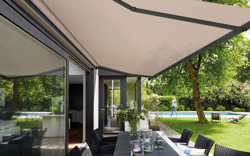 store-banne-taupe-terrasse-herbe-800x500